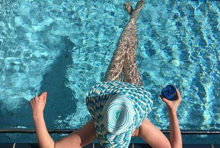 Frau-im-Pool-mit-Hut