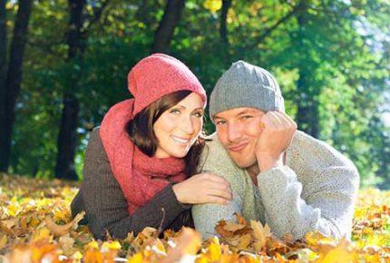Paar-auf-Herbstwiese