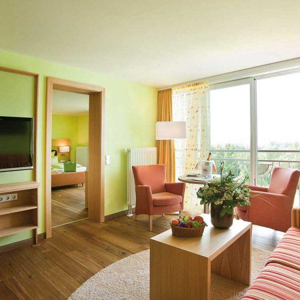 Sonnenschein-Suite-Wohnbereich-mit-TV